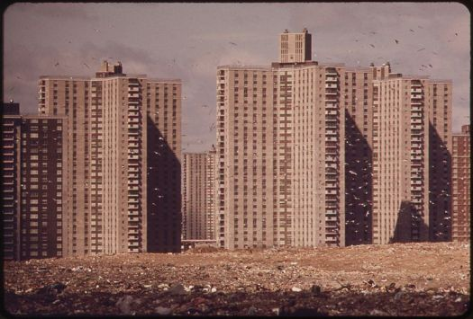 800px-APARTMENTS_OF_-CO-OP_CITY,-_A_VAST_HOUSING_DEVELOPMENT_IN_THE_BRONX,_NOT_FAR_FROM_PELHAM._THESE_BUILDINGS_STAND_ON..._-_NARA_-_549766